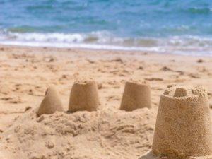 un chateau de sable au bord de la mer