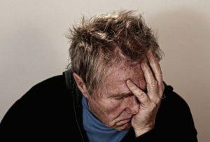 Un homme se tient la tête, l'air désespéré