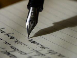 Une plume qui écrit