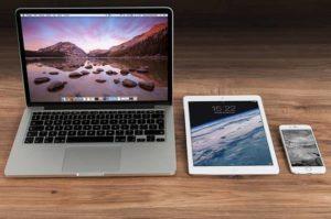 Un ordinateur, une tablette et un smartphone
